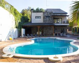 Moderni perhe kotiin allas Matadepera lähellä Montserrat