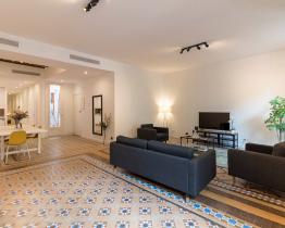 Rummelig og renoveret lejlighed i Las Ramblas