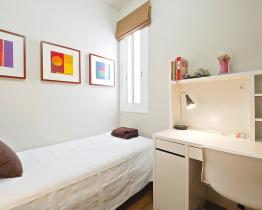Sunny single room in Eixample