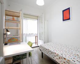 Single room in downtown apartment next to metro and Renfe, Barcelona
