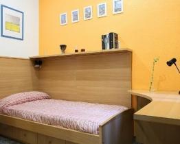Barcelona single room for girls near Sagrada Familia