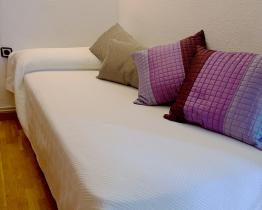 Single room for girls in the Barcelona city center