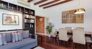 Elegant apartment for 6 in Barcelona center