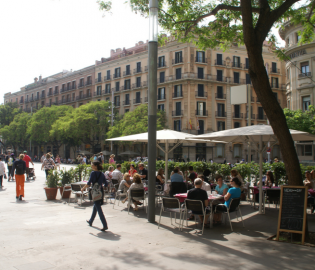 Around the apartment there are many options to find a restaurant terrace and enjoy the Barcelona sun.