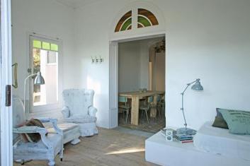 Casa modernista con jardín, terraza y piscina