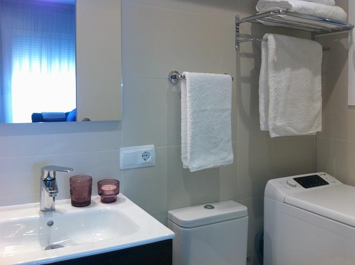 Estudio moderno con terraza privada barcelona home for Mueble lavadora secadora