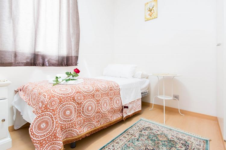 Single bedroom with wardrobe