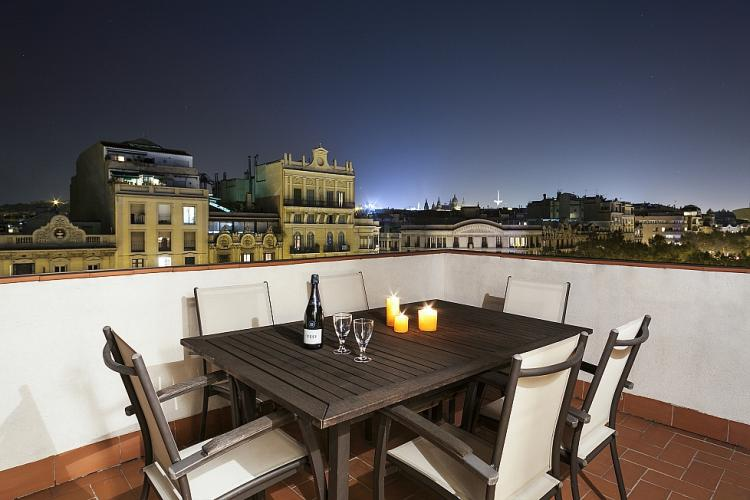 Rooftop apartment with terrace and views in barcelona for Dinner on the terrace