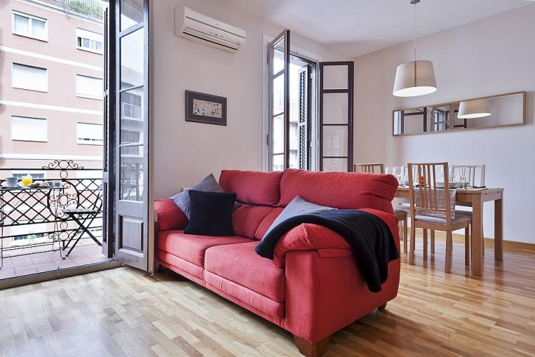 Bizflat offers a perfect place to spend your time in Barcelona. Living room-dining room combination.