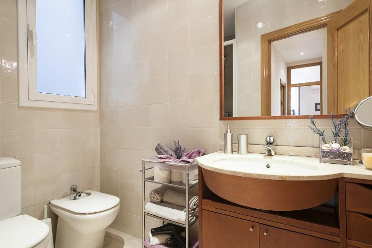Great bathroom recently renovated and equipped
