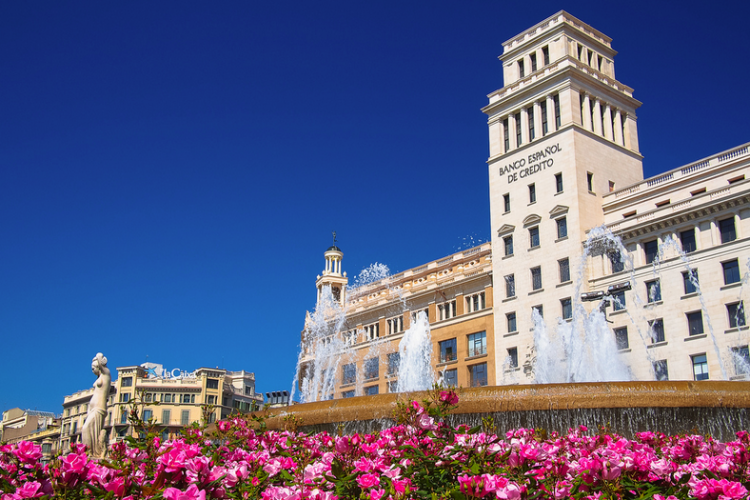 Enjoy Plaza Catalunya central square which is walkable distance from this apartment