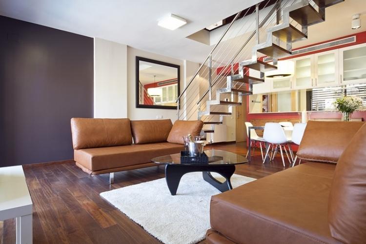 Apartamento de tres plantas con terraza y piscina para aqluiler en Barcelona