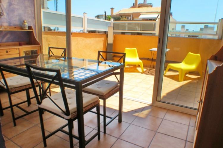 Encantador piso con terraza, en Barcelona.