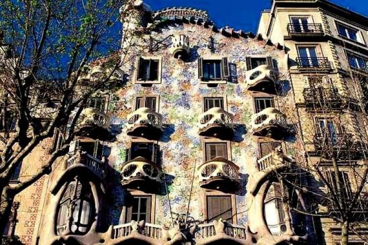 There are several main tourist spots to visit in Eixample.