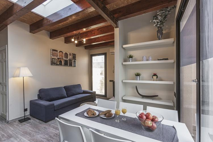 typische spanische wohnung mit holzbalken in sants. Black Bedroom Furniture Sets. Home Design Ideas