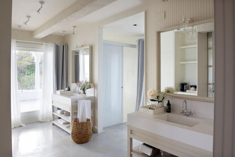 Luxurious bathrooms have plenty of space to guarantee comfort and privacy.