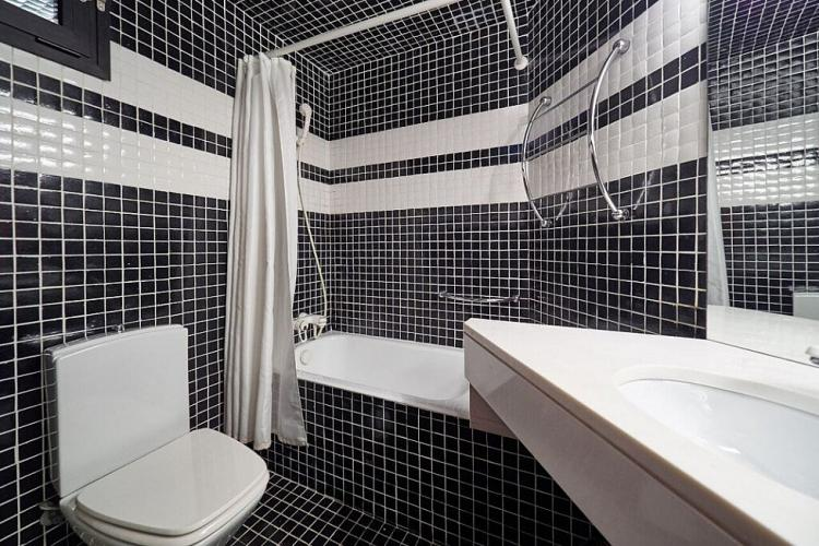 You will love the dramatic decoration of the bathroom with white and black tiles.