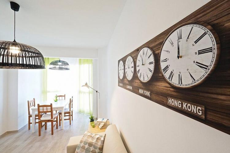 Above the couch you will find a nice decoration of wooden watches in four time zones.