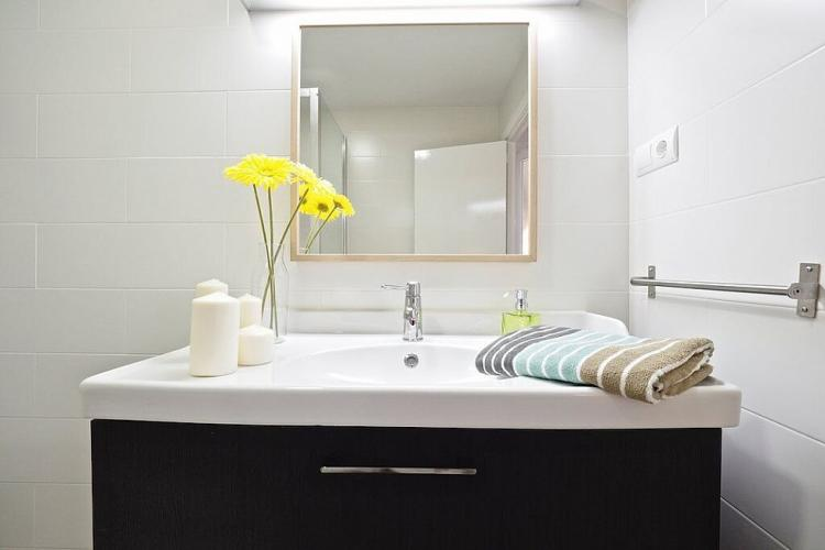 The apartment comes with plenty of towels for guests to use during their stay.