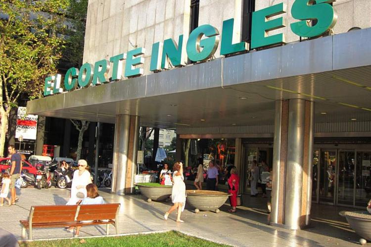 The Corte Inglés shopping center is nearby.