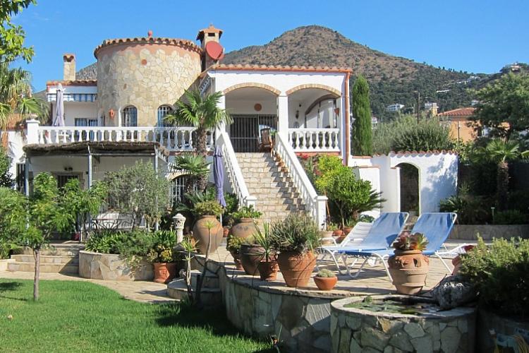 Casa con piscina en costa brava barcelona home - Apartamentos en costa brava ...
