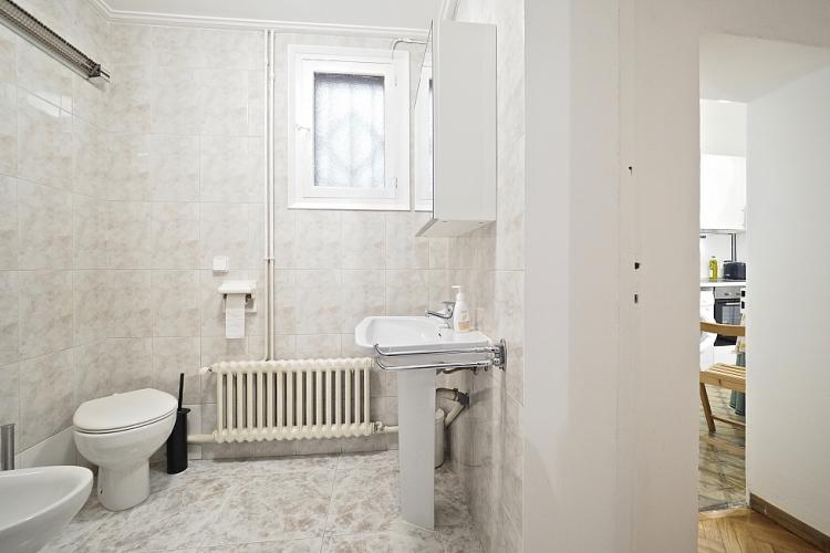 The bathroom is located close to the kitchen.