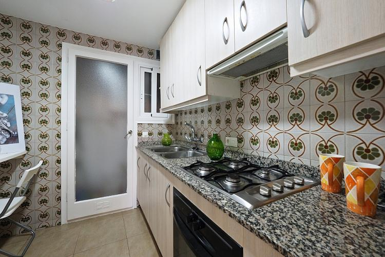 The kitchen also has a very beautiful mosaic tile design, typical of bourgeois residences in Barcelona.