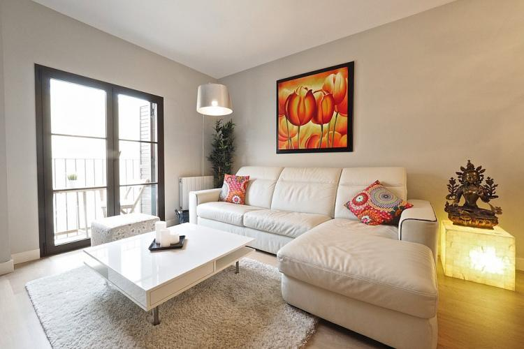 The living room comes with a fresh white and beige design.