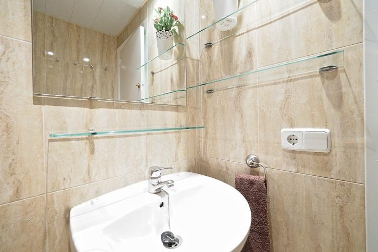You will find the same wonderful materials used as in the en suite bathroom of the master bedroom.