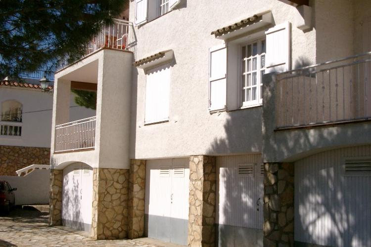 The apartment is located in a cozy Mediterranean house in Llanca.