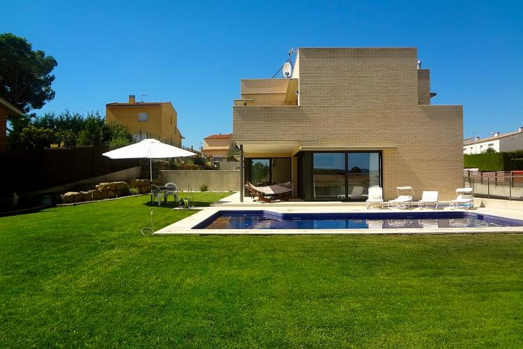 Casa moderna con 4 habitaciones y piscina cerca del for Casa moderna a torino