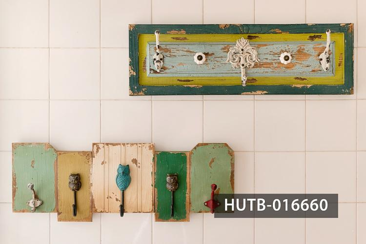 This decorated hangers enhances the coastal vibe in the kitchen.