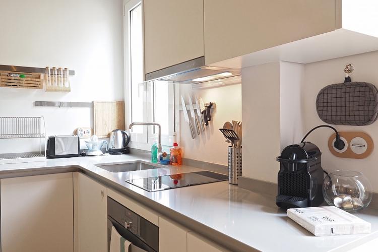 Cocina pequeña pero perfectamente bien equipada con horno, cocina, nevera, entre otros.
