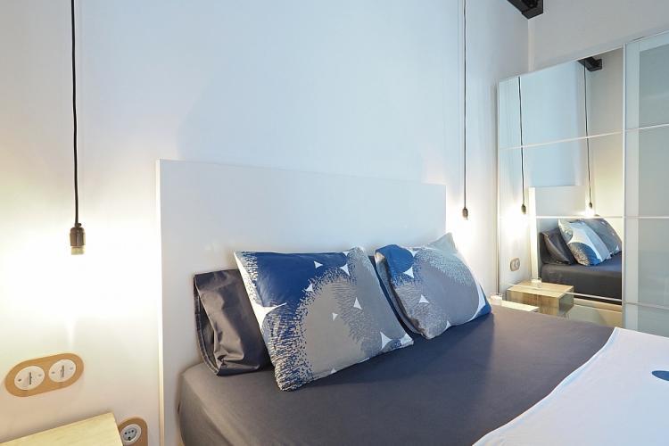 Cómodas almohadas y cojines para descansar y facilidad en aprender y apagar luces.
