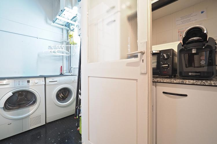 Cuenta con lavadora y secadora, algo muy único en Barcelona