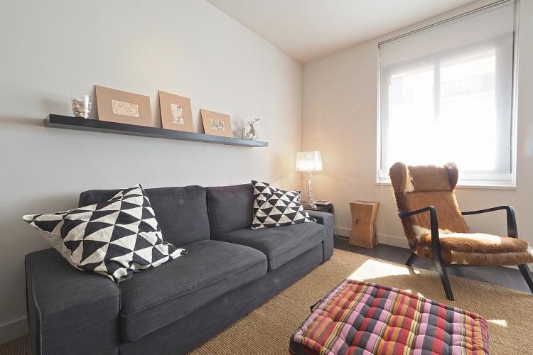 Amplio sofá con almohadas cómodas.