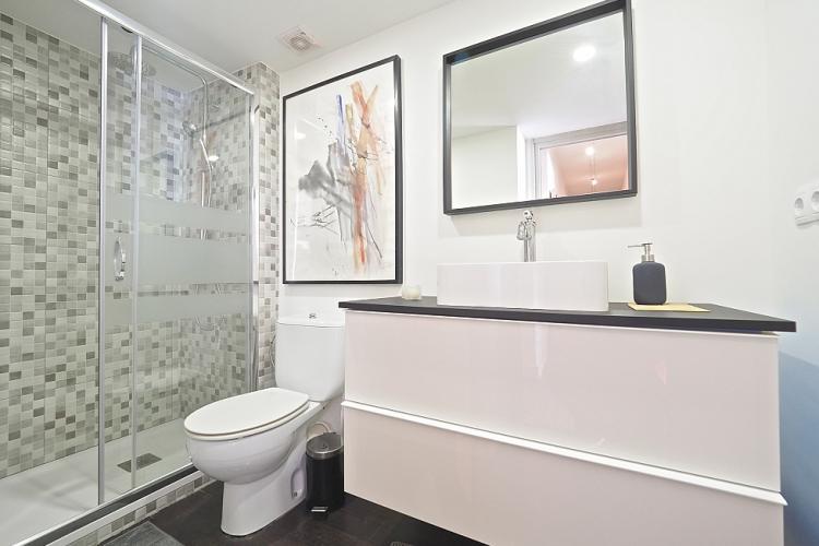 Baño nuevo, limpio y moderno.