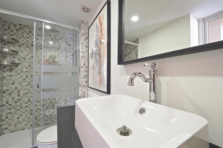 Los azulejos de la bañera dan un toque moderno al baño.