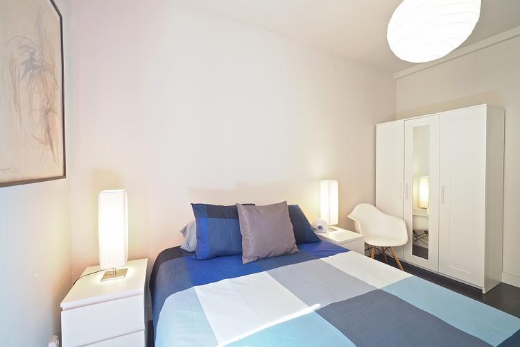 Detalles decorativos, almohadas cómodas y mucha luz con las lamparas de alado de la cama así como le de arriba.