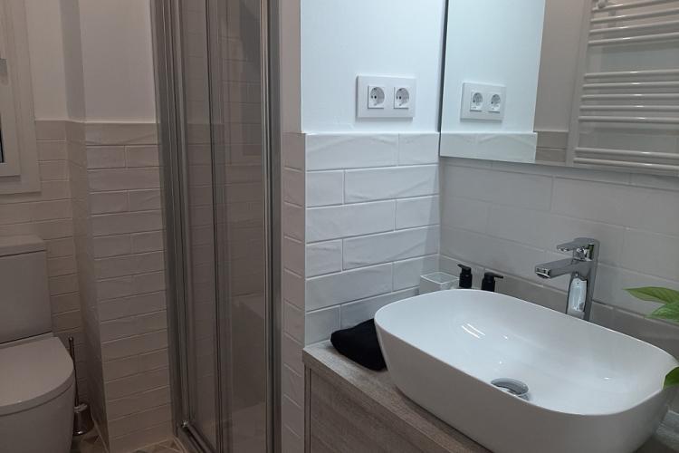 baño con ducha amplia y buena ventilación