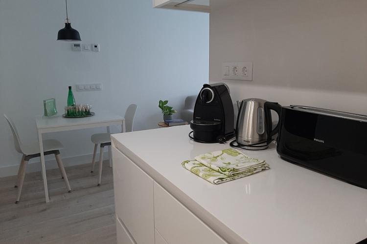 cocina totalmente equipada: horno-microondas, nevera, congelador, lavadora-secadora, campana extractora, cocina inducción, etc.