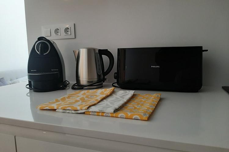 cuenta con todos los pequeños electrodomésticos: Nespresso, hervidor, tostadora, etc.