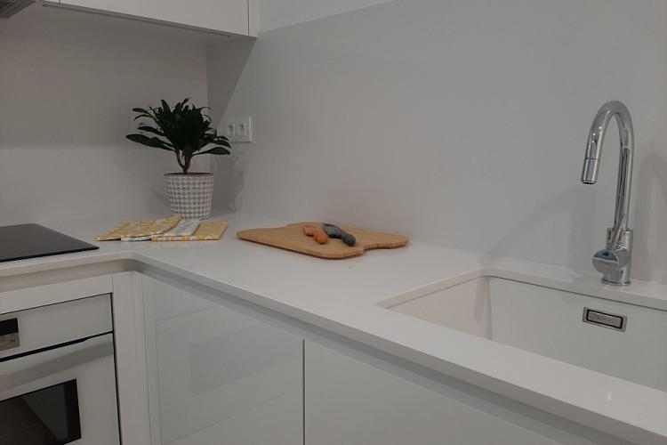 mucho espacio para guardar alimentos, equipada con ollas, sartenes, vajilla, etc.