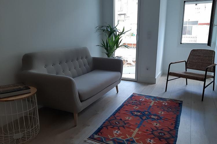 Salón con mesa extensible hasta 120 cm, persianas automáticas, todas las ventanas son ocilobatientes