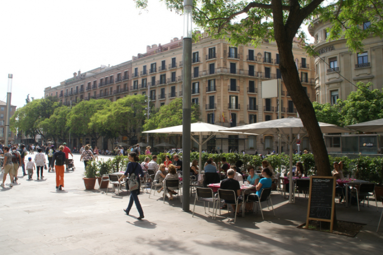 Around the apartment you have many options to sit outside at a terrace while eating and enjoy the Barcelona sun.