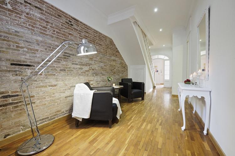 Stunning hardwood floors, high quality lighting and exposed brick walls are the main features of this luxurious penthouse. There is a double sofa bed that do not show the image.