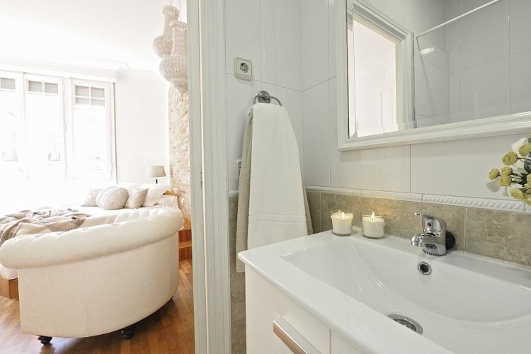 Classic and chic en-suite bathroom.