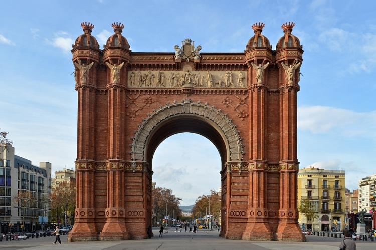 The flat is located near the Arc de Triomf and the metro station with the same name.