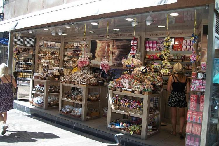 The apartment is near the tourist areas where you can find many souvenir shops.