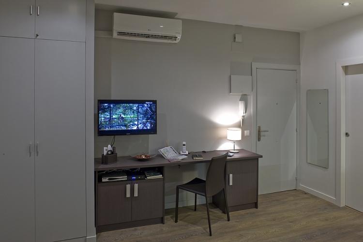 Escritorio , TV y armario con espacio para colgar y con 5 estantes.